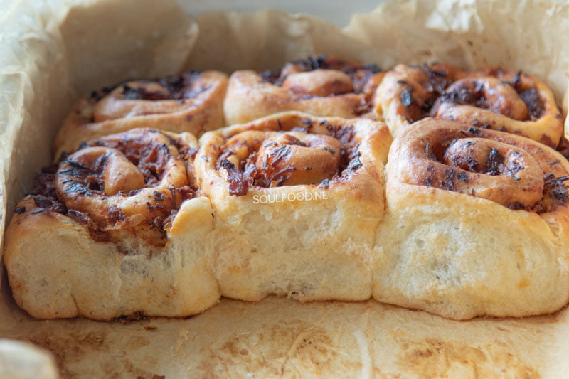 Barbecue kip broodjes. heerlijk broodjes gevuld met bbq kip en saus