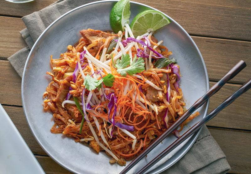 Pad thai gai rijstnoedels met kip roerbak recept