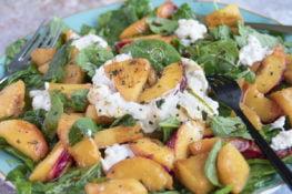salade van burrata, nectarine en ananas. Met spinazie. Recept.