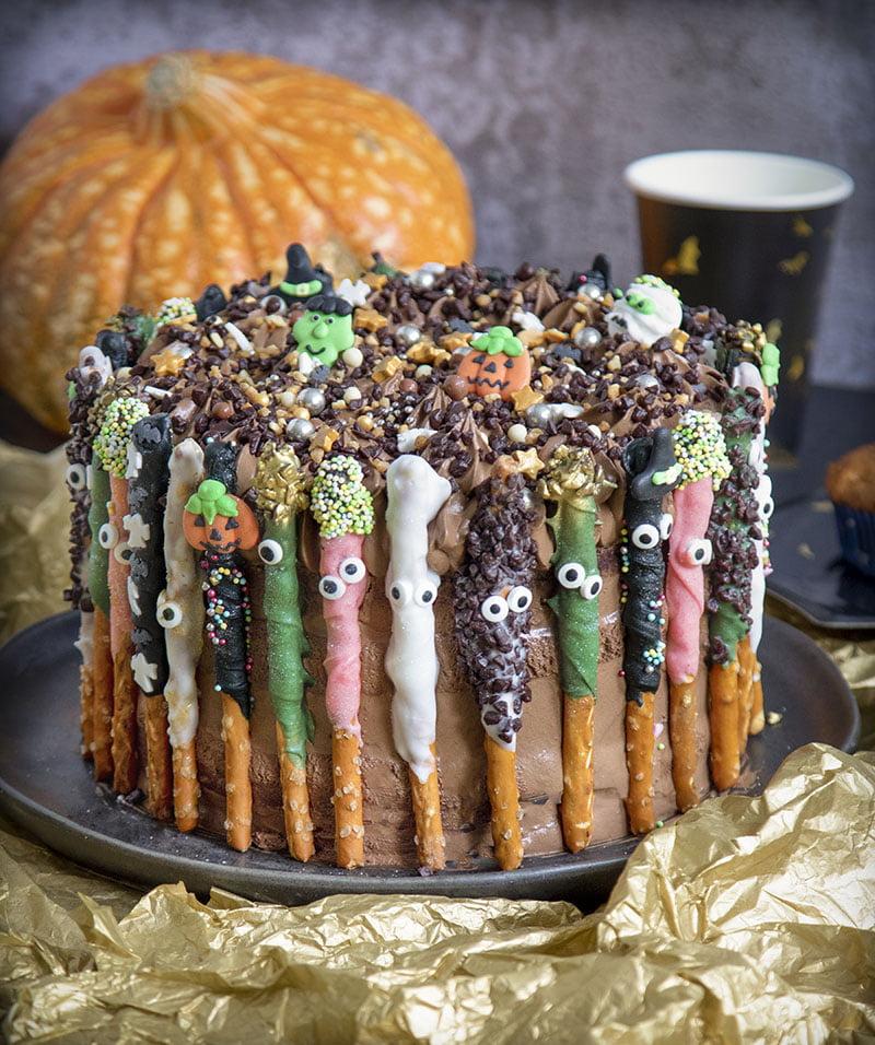 Halloween monstertaart chocoladebiscuit pretzel sticks receptt